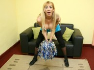 Vidéo porno mobile : Shemale jerks her big cock while she gets assfucked